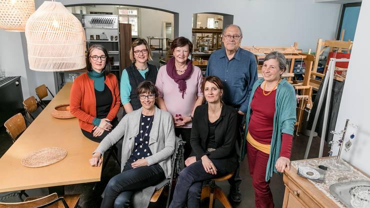 Einige Mitglieder der Ateliergemeischaft «Vitrine» um Gründerin Anouk Holthuizen (Zweite v. r.) in der neuen Werkstätte.
