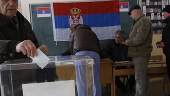 Ein Mann gibt in Zvecan in Kosovo seine Stimme ab