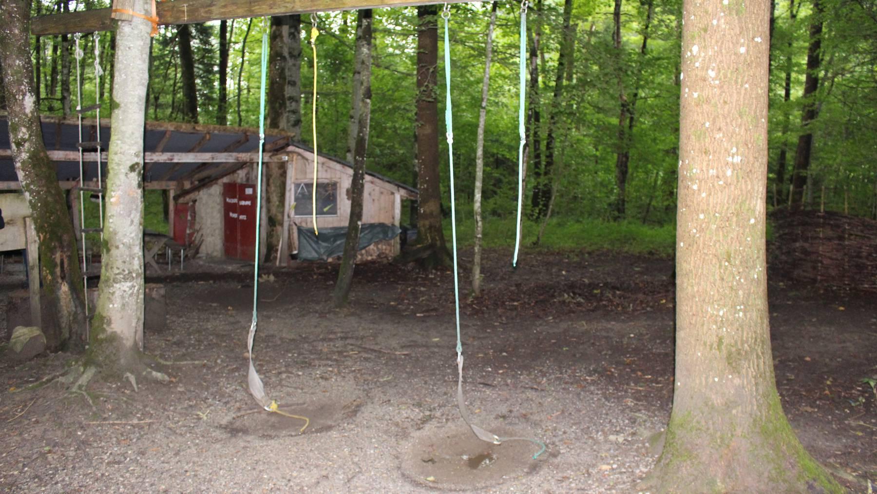 Die Seile der Schaukeln wurden böswillig durchtrennt.