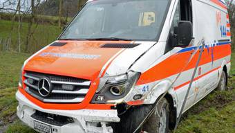 Die Ambulanz auf einer Wiese bei Sempach (Kapo Luzern)