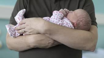Nicht vier, aber zwei Wochen bezahlten Vaterschaftsurlaub Dafür hat sich der Ständerat am Donenrstag entschieden.