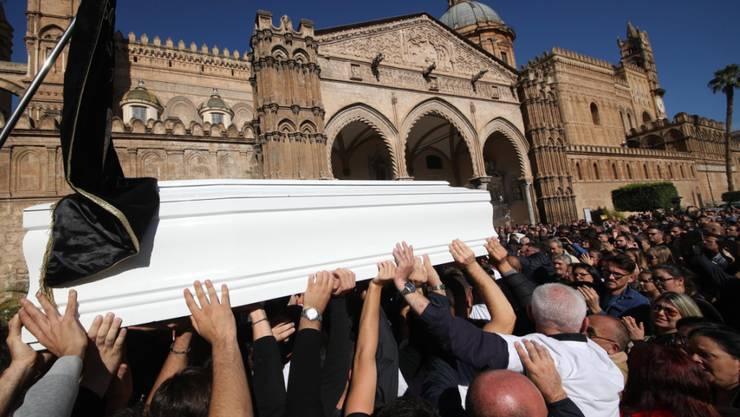 Tausende Menschen gaben in Palermo den Opfern der Unwetterkatastrophe von Casteldaccia das letzte Geleit.