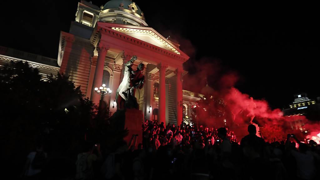 In Belgrad haben sich am Freitagabend erneut Krawalle und Zusammenstösse mit der Polizei ereignet.