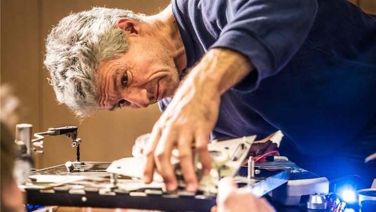 Im Repair Café, wie hier im aargauischen Freiamt, können Besucher defekte Produkte reparieren – unter Anleitung ehrenamtlicher Mitarbeiter. Patrick Züst