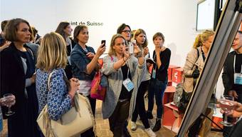 An der ersten Schweizer Startcamp-Tagung zur digitalen Kultur im Historischen Museum Basel: Teilnehmerinnen fotografieren den Tagesplan.