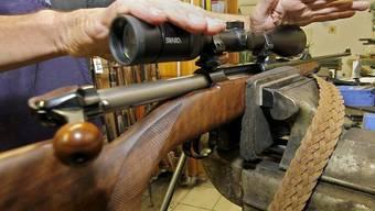 Unter den geschmuggelten Waffen befand sich auch ein Jagdgewehr mit Zielfernrohr (Symbolbild)