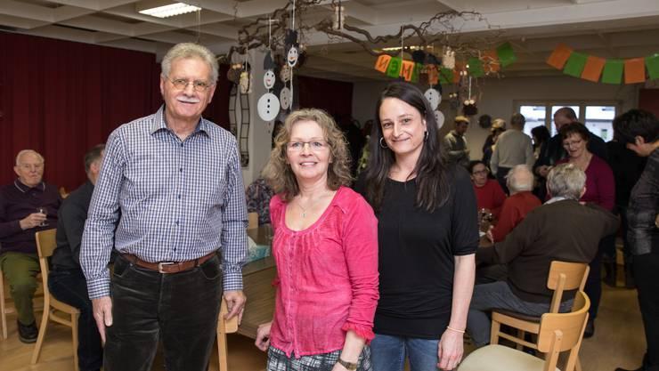Der pensionierte Ruedi Freiermuth unterstützt die beiden Pflegeassistentinnen Therese Berchtold und Karin Baschung tatkräftig in ihrer Tagesstätte.