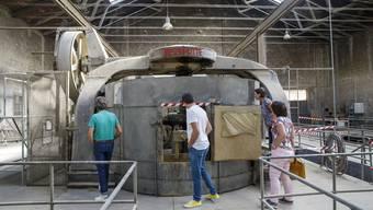 Besucher sehen sich die Ziegelsteinfabrik in Bardonnex in der Nähe von Genf an. Bild: Keystone/Salvatore Di Nolfi (15. September 2019)