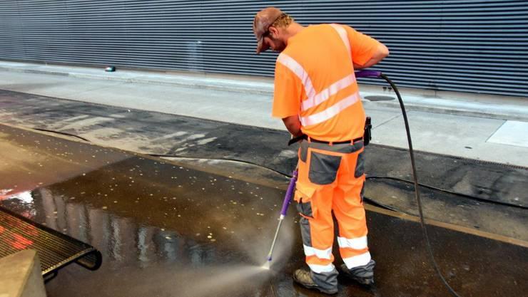 Der Putztrupp befreite das Perron am Gleis 1 von Extremschmutz.