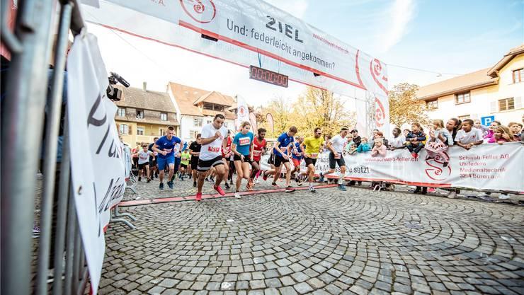 Start des 5-Kilometer-Laufs: Mit der Startnummer 2001 Delia Sclabas, rechts neben ihr Kiflay Mengestabe (1147), die beiden späteren Sieger.