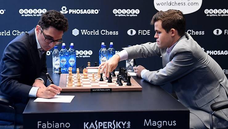 Magnus Carlsen erwidert mit Schwarz die Eröffnung von Fabiano Caruana.
