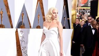 Modeexperten lobten Lady Gagas schlichtes und doch raffiniertes Hosenkleid. Sie selber nutzte die Aufmerksamkeit auf dem roten Teppich, um für das Problem der sexuellen Gewalt in Colleges zu sensibilisieren.
