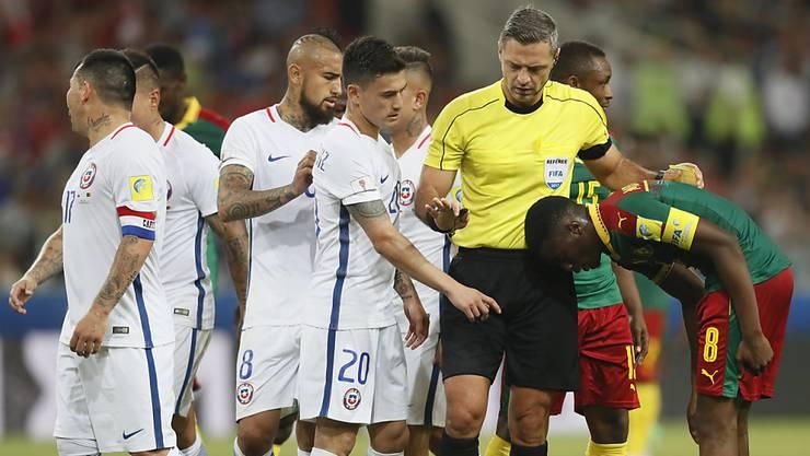 Referee Damir Skomina griff am Confed Cup bei Chile - Kamerun zweimal auf den Videobeweis zurück.