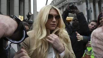 Pop Star Kesha am Freitag vor dem Supreme Court in New York, der ihre Klage gegen den Musikproduzenten Dr. Luke (unter anderem wegen sexuellen Missbrauchs) abgewiesen hat. Die Viertelmillion von Kollegin Taylor Swift soll nun helfen, das Verfahren weiterzuziehen (Archiv).
