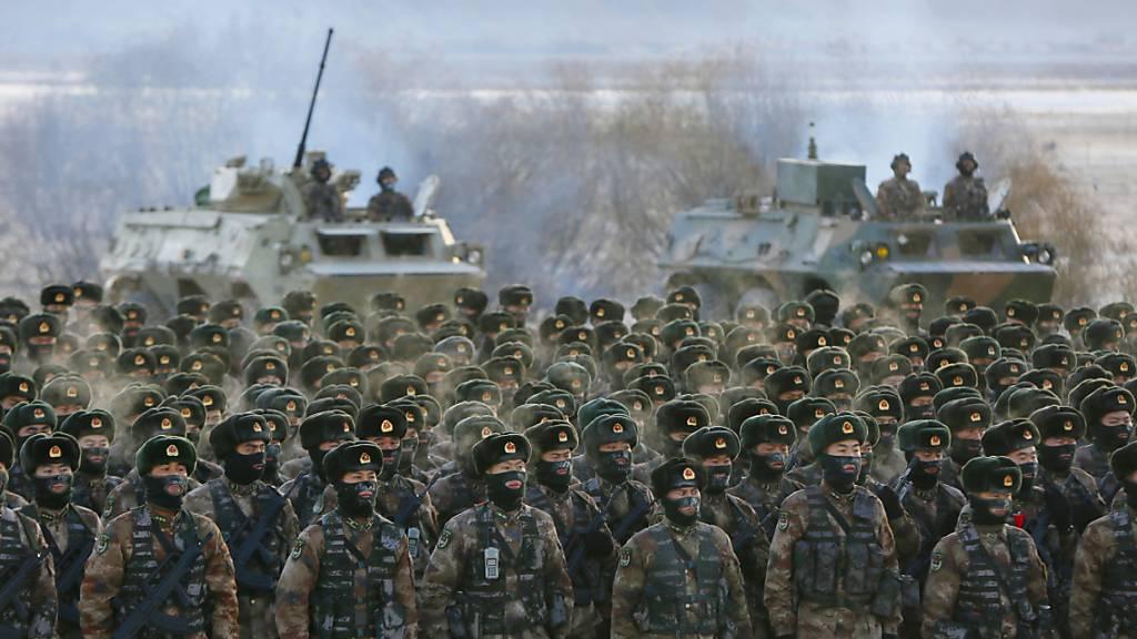 China will Militärausgaben stark steigern - «Patrioten» für Hongkong