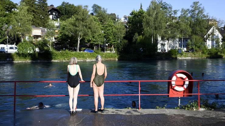 Gäste in Bundesbern wundern sich derzeit über die Heerscharen, die in Badeanzügen der Aare entlangspazieren, um sich danach in den Fluss zu stürzen und treiben zu lassen.