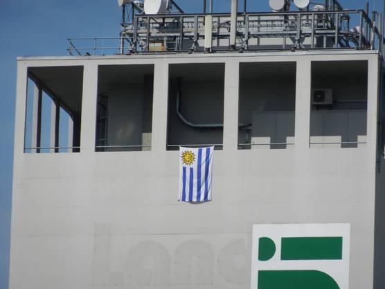 Der Subinger Landiturm geschmückt mit der Fahne Uruguays