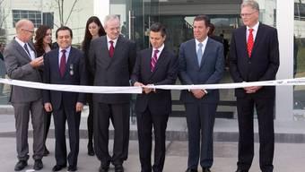 Martin Winterkorn (3. v. l.) beobachtet Mexikos Präsidenten Enrique Pena Nieto (3. v. r.) beim Zerschneiden des Bandes