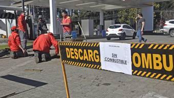 «Kein Treibstoff» steht am Eingang einer Tankstelle in Valdivia. Wegen eines seit Tagen andauernden Streiks der Fernfahrer kommt es in Teilen von Chile zu ersten Versorgungsproblemen. Foto: Miguel Angel Bustos/Agencia Uno/dpa