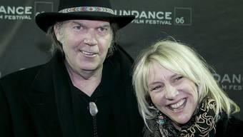 Der kanadische Musiker Neil Young (l.) trauert um seine Ex-Frau Pegi (r.). Die Mutter von zwei seiner Kinder starb an Neujahr an Krebs. (Archivbild)