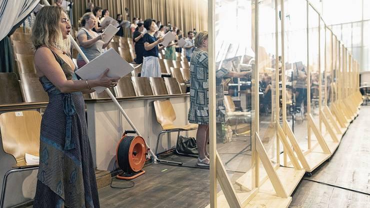 Der Chor des Opernhauses Zürich im zum Aufnahmestudio umgebauten Probesaal: Von hier wird live ins Opernhaus übertragen.