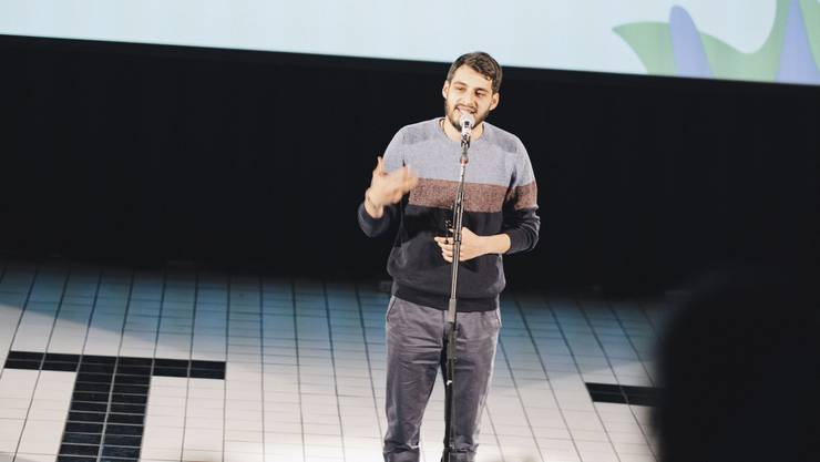 Mit starken Texten gegen Rassismus und Schönheitswahn gewann Jeremy Chavezaus Villmergen das U20-Finale im Poetry Slam.