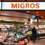 Ein Geschäft der Migros am Zürcher Flughafen (Archivbild).