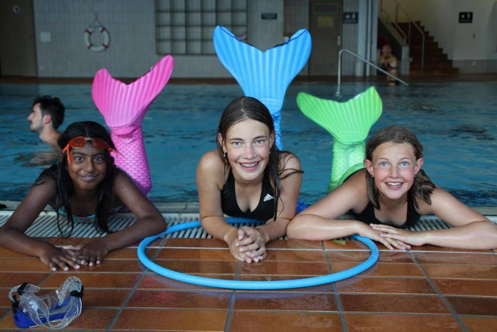 Die Kinder haben Freude am Meerjungfrauen-Schwimmen (© FM1Today)