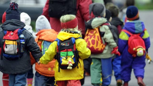 Oberhalb des Kindergartens werden vier Flüchtlinge einziehen. (Symbolbild).
