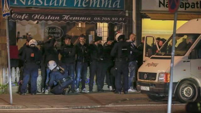 Die Polizei stellt Vermummte in einem Vorort von Stockholm