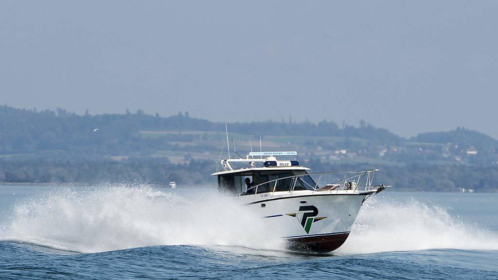 Ein Boot der Waadtländer Kantonspolizei auf dem Neuenburgersee. (Archivbild)