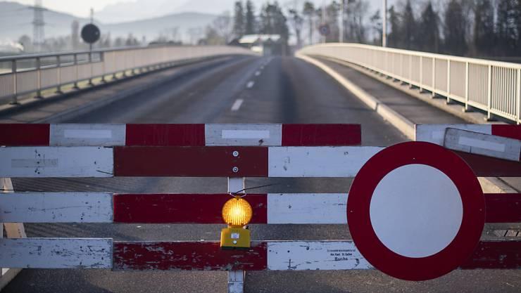Die EU-Staaten haben sich am Dienstag in einer Videokonferenz darauf geeinigt, die Schengen-Grenzen nur etappenweise zu öffnen - in erster Linie für den Warenverkehr und die Grenzgänger. (Archiv)