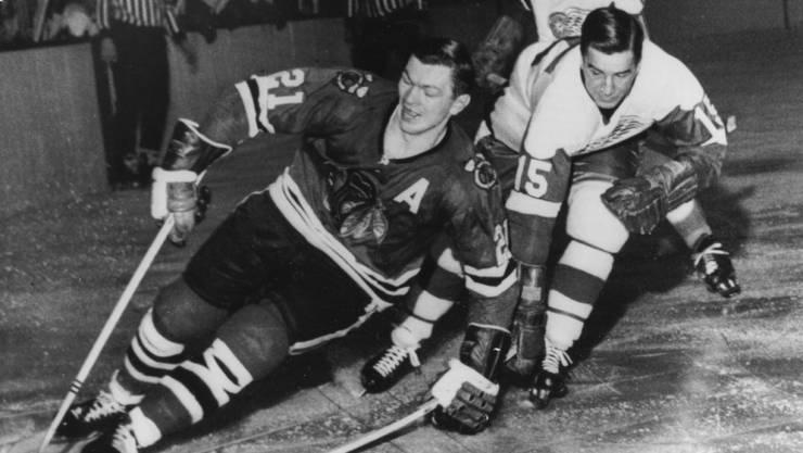 Die Chicago-Blackstars-Ikone Stan Mikita - hier in einer Partie von 1965 gegen die Detroit Red Wings - wurde 78 Jahre alt