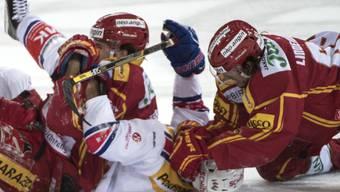 Zu Boden gebracht: Die SCL Tigers mit Ville Koistinen (li.) und Sven Lindemann rangen die Kloten Flyers mit Matthias Bieber 3:2 nieder