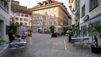 Auf dem Cordulaplatz stehen momentan viel mehr Tische von Restaurants als sonst.