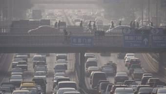 Smog in Peking: Nachdem China jahrelang nichts von Klimaschutz wissen wollte, ist im Reich der Mitte jetzt ein Wandel zu beobachten. (Archiv)