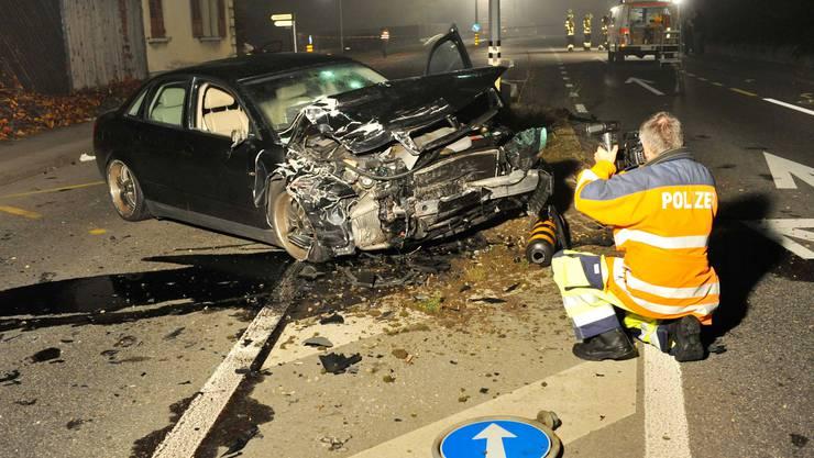 Was vom schwarzen Audi nach dem Aufprall auf den roten VW Golf des Linksabbiegers übrig blieb. Der Unfall erreignete sich im November 2008.