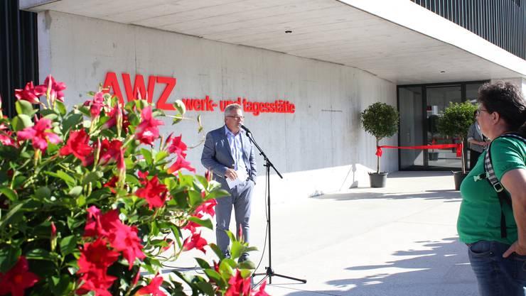 Stiftungsratspräsident Marco Canonica eröffnet das neue Arbeits- und Wohnzentrum in Kleindöttingen.