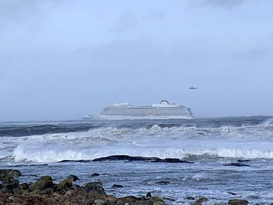 Das Schiff hat wegen Antriebsproblemen bei widrigen Wetterbedingungen einen Notruf abgesetzt.