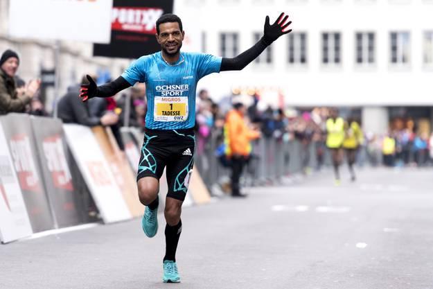 Tadesse Abraham gewinnt die Kategorie Elite Maenner