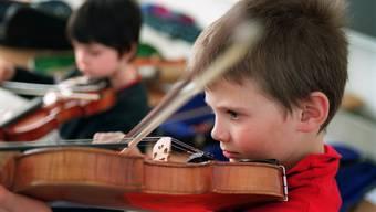 Wie ging das noch gleich? Kinder sollen selbst das Spielen der Geige ohne Hilfe der Eltern lernen – nur durch das Zuschauen und Imitieren.