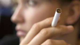 Rauchen wird in der Schweiz ab April 2013 erneut teurer (Symbolbild)