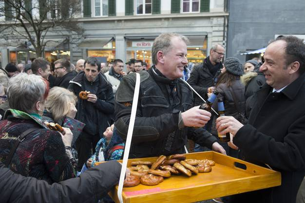 Stephan Attiger bringt Brezeln unters Volk