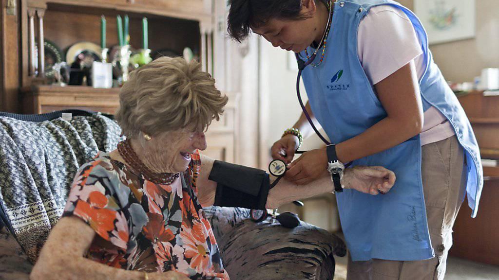 Die Zahl der betreuten Menschen und der Personalbestand nimmt bei der Spitex deutlich stärker zu als bei den Alters- und Pflegeheimen. (Symbolbild)