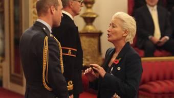 Die Schauspielerin Emma Thompson bekommt einen Orden von Prinz William - offenbar ein Anlass für gemeinsames Gekicher.