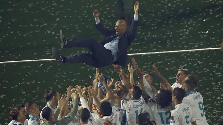 Zidane wird von seinen Spielern nach dem letzten Gewinn der Champions League vor wenigen Tagen gefeiert.