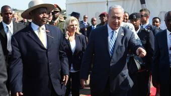 Netanjahu wurde von Präsident Museveni (mit Hut) am Flughafen Entebbe begrüsst.