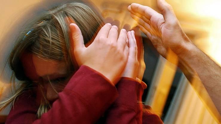Eine starke Ohrfeige gegen Kindern ist laut dem Bezirksgericht Dietikon strafbar.