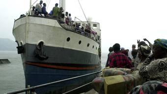 Schiff auf dem Kivu-See im Osten des Kongos: Schiffe und Boote im zentralafrikanischen Staat sind häufig völlig überladen.