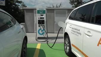 """Am Freitag wurde die erste Schnellladestation für Elektrofahrzeuge auf dem Autobahn-Rastplatz """"Inseli"""" auf der A2 zwischen Sempach und Sursee eröffnet."""